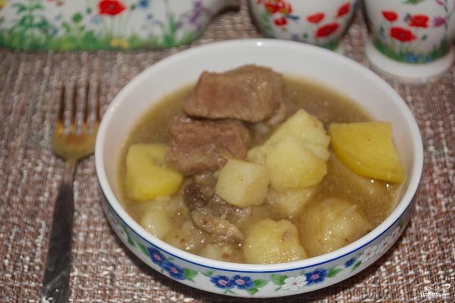 Подайте блюдо к столу горячим. При желании в готовое блюдо можно добавить много зелени и 1-2 зубчика чеснока, предварительно выдавленные через чеснокодавку.