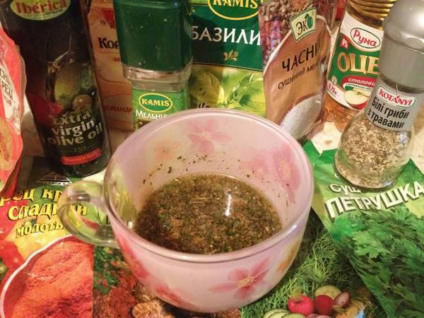 3. Делаем заправку - смешаем воду, уксус, оливковое масло и специи по вкусу.