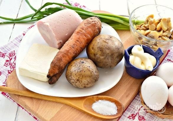 1. Вот такой набор ингредиентов вам потребуется. Овощи, не очищая, отварите до готовности, яйца — вкрутую.
