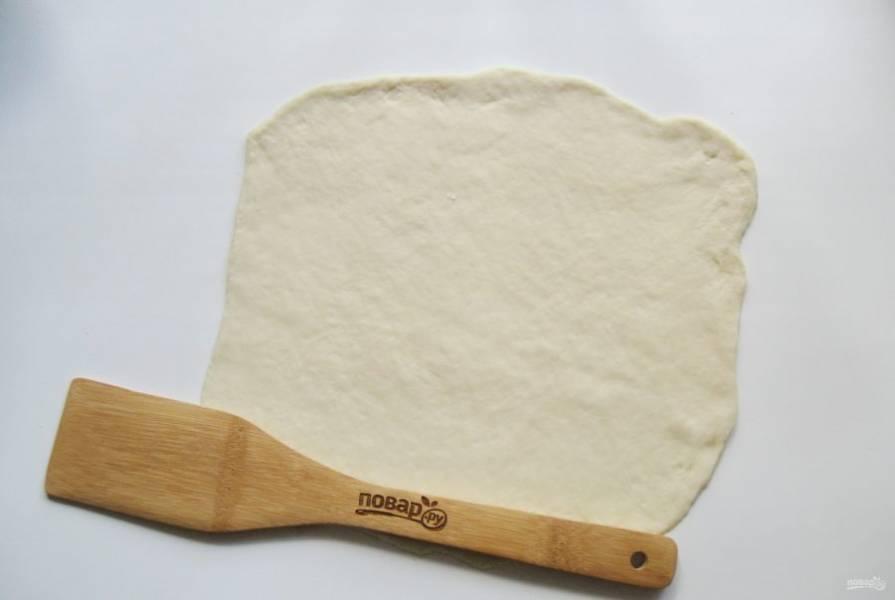 Каждую часть раскатайте в тонкий прямоугольный пласт.