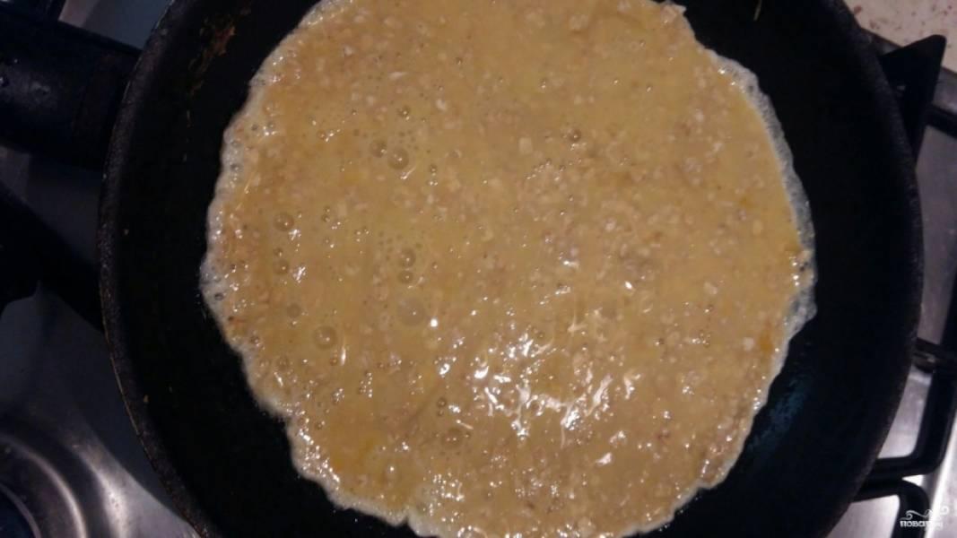 Дайте хлопьям постоять в яйце и немного набухнуть. Это займёт около 5-10 минут. Затем разогрейте сковороду, в которой вы готовите омлет или блинчики, немного смажьте её любимым растительным маслом. Вылейте яйца с овсянкой в сковороду.