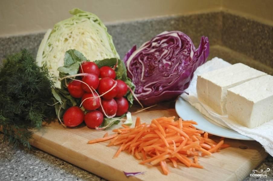 Подготовьте овощи. Морковь нарежьте тонкой соломкой.