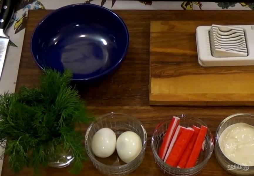 3. Приготовьте начинку: нарежьте небольшими кубиками отварные яйца, крабовые палочки и огурец. Посолите и поперчите по вкусу, добавьте майонез и мелко нарубленную зелень.