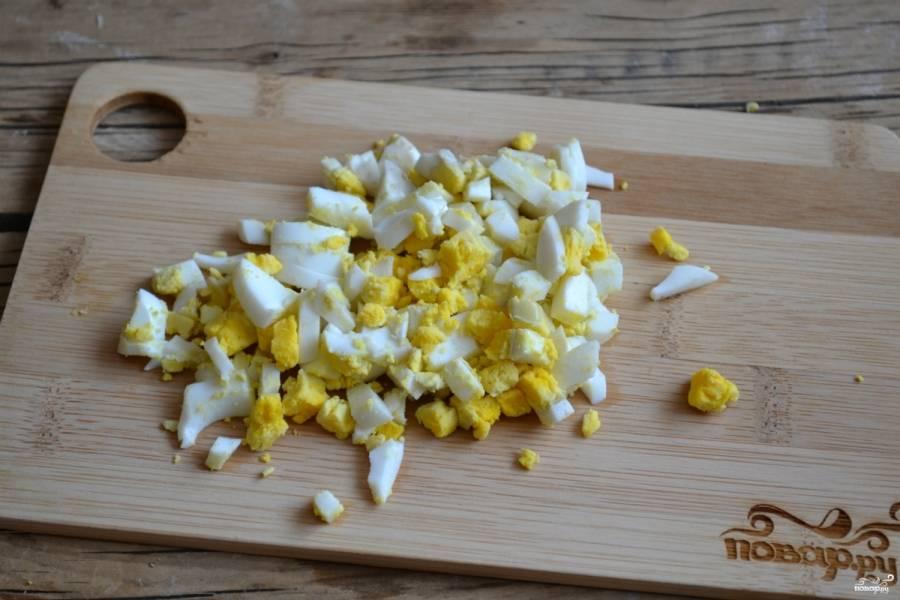 Отваренные яйца очистите и мелко порубите.