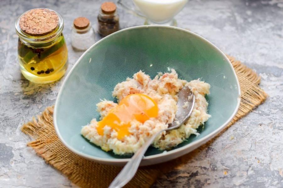 Добавьте к рыбе батон, измельчите еще раз, добавьте куриное яйцо.