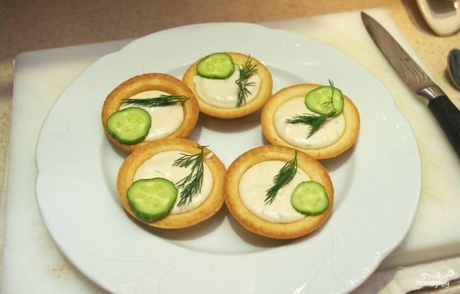 Раскладываем начинку по тарталеткам. Украшаем зеленью и подаем к столу. Приятного аппетита!