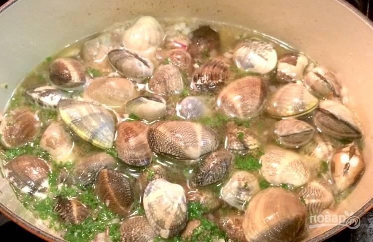 6.Добавьте в миску моллюски, сразу же увеличьте огонь, накройте крышкой и готовьте 7-8 минут.