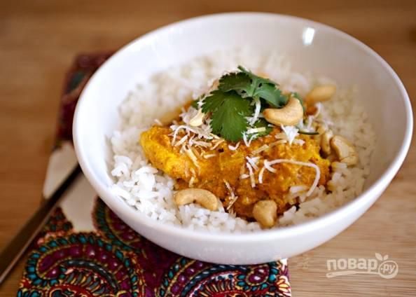 Рис разложите по тарелкам и сверху выложите карри. Украсьте по усмотрению.