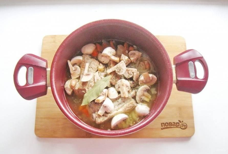 Мясо с грибами посолите, поперчите и добавьте лавровый лист.