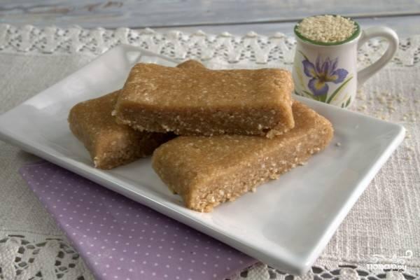 6.Готовую халву достаем из холодильника и нарезаем кусочками. Подаем к чаю или кофе.