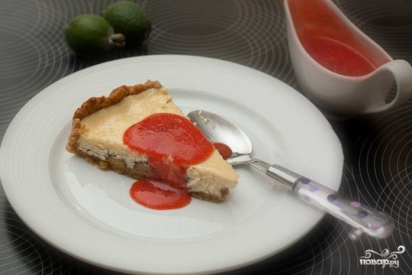 Подавайте пирог порционо, поливая каждый кусок соусом.