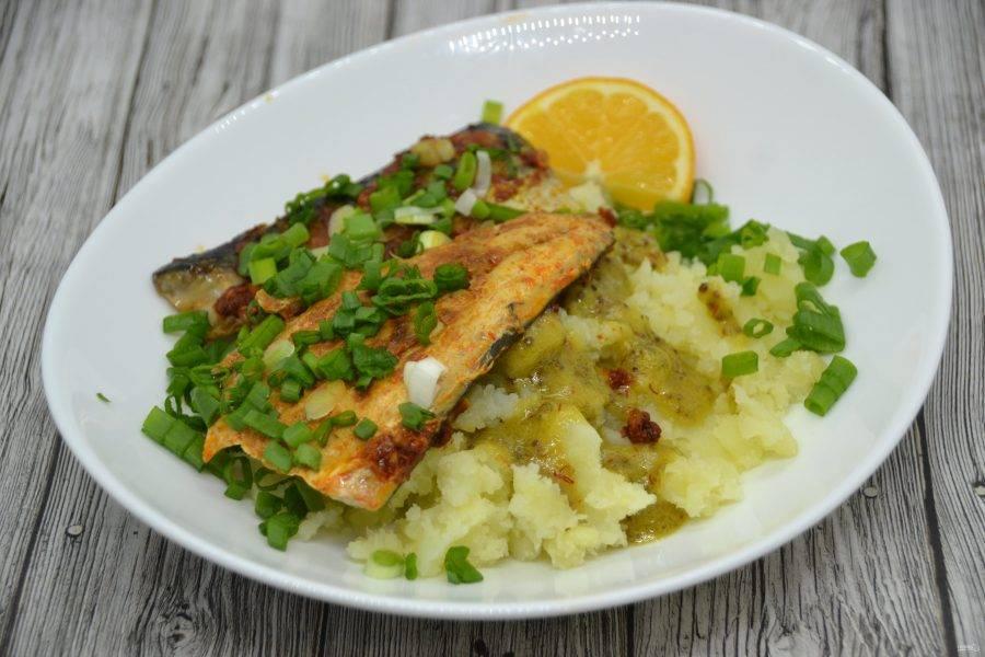 Подавайте скумбрию на горке картофельного пюре, полив острым соусом, посыпав зеленым луком и украсив долькой лимона.
