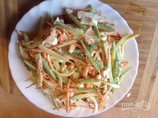 Приступим к сборке гнезда. Выкладываем на тарелку первым слоем половину обжаренного картофеля, а сверху выкладываем салат.