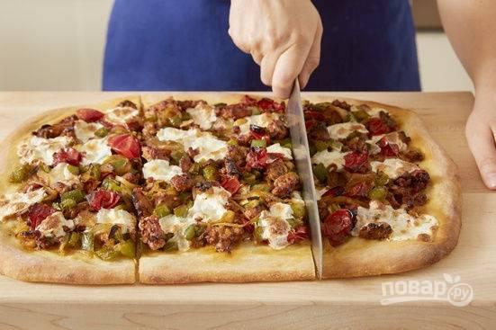 Разогрейте духовку до 220 градусов и выпекайте пиццу до 20 минут. Края теста должны стать золотистыми.