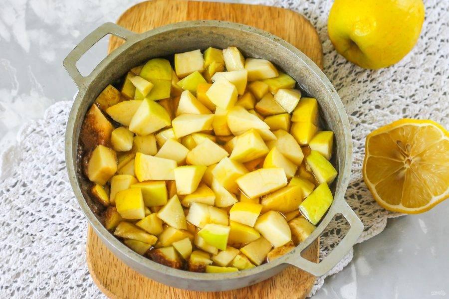 Аккуратно высыпьте в него яблочную нарезку, чтобы не обжечься. Томите заготовку на среднем нагреве примерно 25-30 минут.
