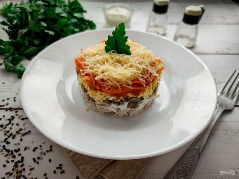 Слоеный салат с корейской морковью, курицей и грибами готов. Приятного аппетита!