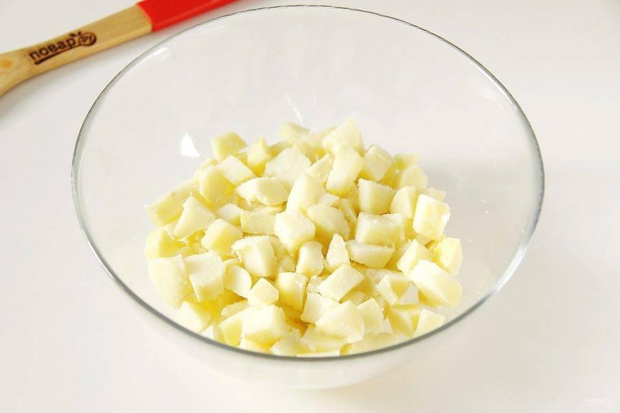 В глубокую миску нарежьте картофель кубиками.