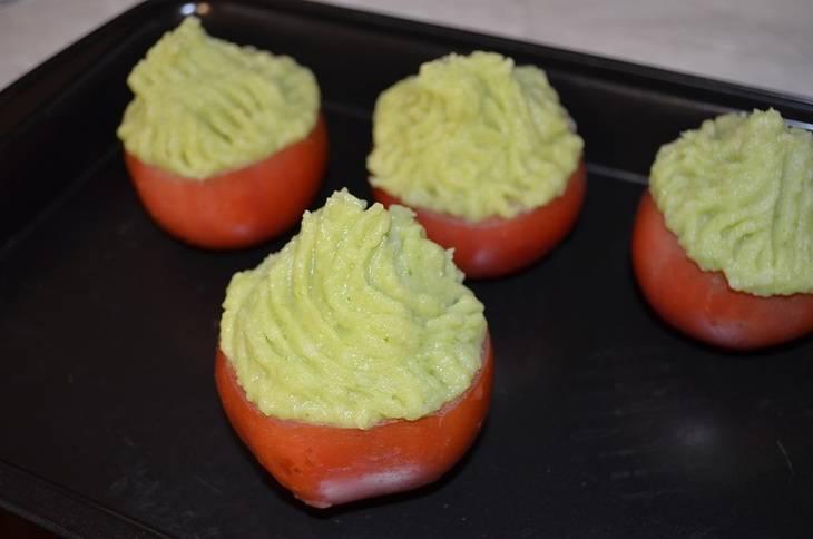 Заправляем помидоры картофельным пюре. Держим в духовке при температуре 180 градусов в течение 30 минут.