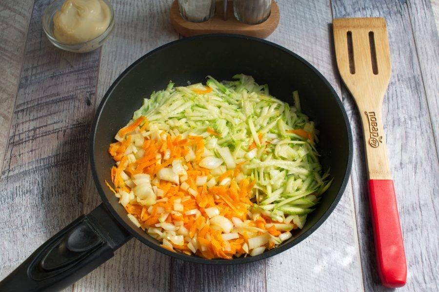 Добавьте лук и кабачок, пассеруйте до мягкости. Добавьте в суп.