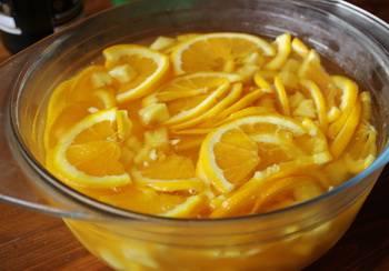 3. Заливаем фрукты вином и шампанским и отправляем в холодильник на полчаса.