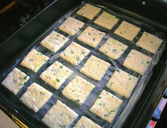 Раскатайте его в пласт, вырежьте формочкой печенье. Выложите его на смазанный маслом противень. Выпекайте в разогретой до 200 градусов духовке в течение 15 минут. На стол можно подать вместо хлеба к первым блюдам или в качестве закуски.