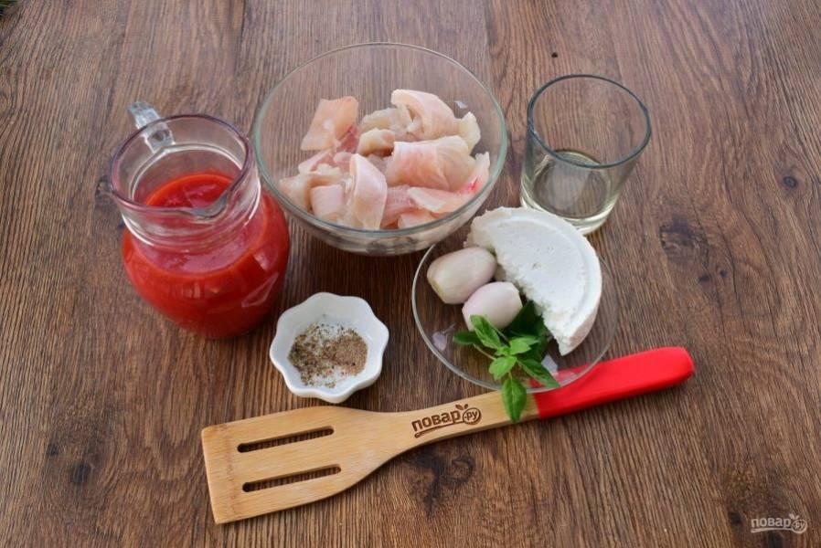 Подготовьте необходимые продукты. Филе трески промойте, обсушите, посолите и поперчите по вкусу. Помидоры очистите от кожицы, протрите через сито. Лук очистите.