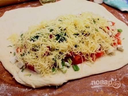 Натираем на терке твердый сыр, присыпаем им начинку. Включаем духовку, пусть разогреется до 220 градусов.