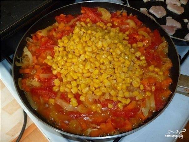 Еще минут через 5 добавляем в сковороду кукурузу и продолжаем тушить овощи.