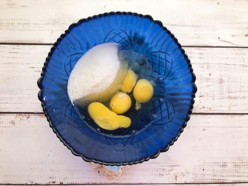 В глубокой емкости соедините яйца с сахаром и солью.
