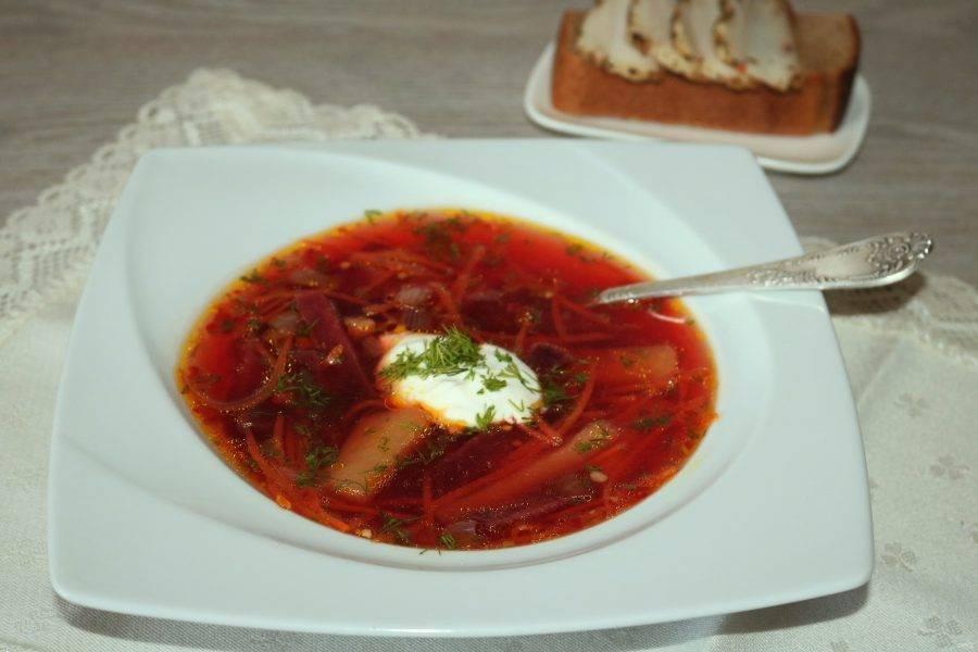 Подавайте экономный суп со сметаной. Приятного аппетита!