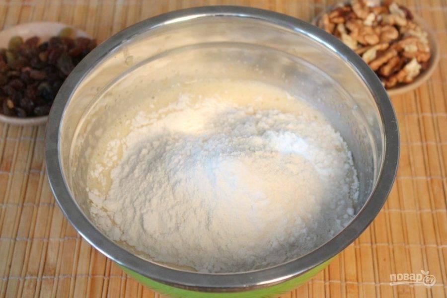 Насыпаем муку и добавляем гашенную уксусом соду. Замешиваем тесто.