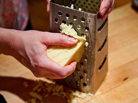 2. Натираем сыр на крупную терку. Лучше всего брать твердые сорта (в среднем 50-60% жирности).