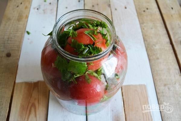 8. Повторите процесс, перекладывая слои помидоров зеленью, чесноком и перцем.