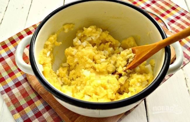 Добавляем соль и перец по вкусу, тщательно перемешиваем. Начинка для пирожков готова.
