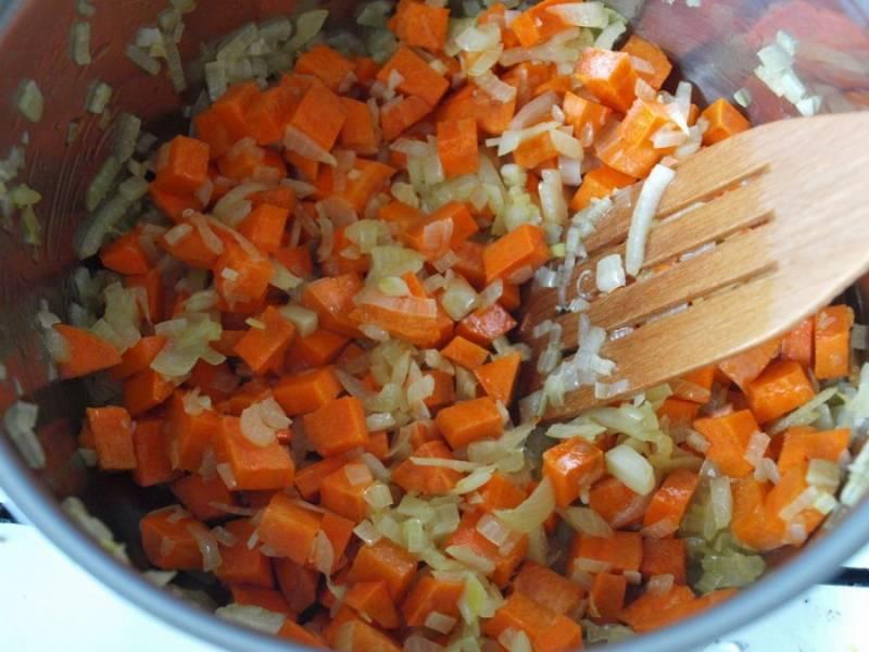 Добавляем морковь к луку и чесноку, жарим еще 2 минуты.