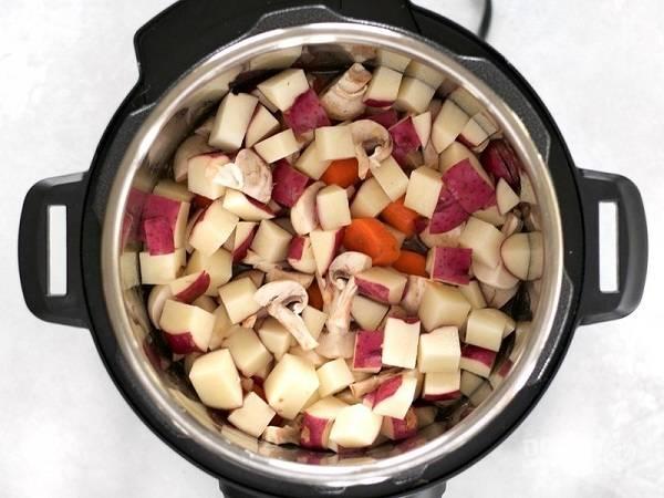 4. Добавьте в чашу измельченные овощи и грибы.