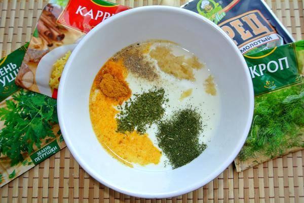 2. В кефир выдавливаем чеснок и добавляем специи по вкусу. Хорошо перемешиваем маринад.