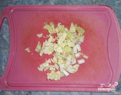 Шинкуем китайскую капусту.