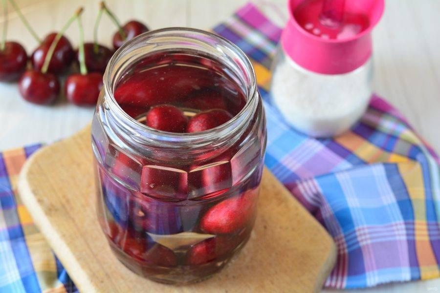 Залейте ягоды кипятком, оставьте на 15 минут под крышкой, чтобы черешня отдала сок.