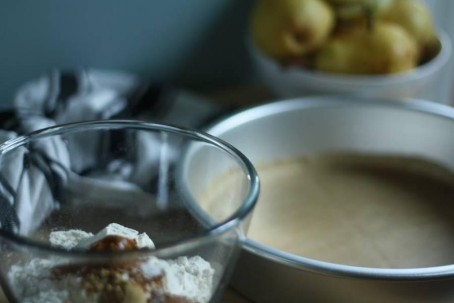 2. Смешаем между собой сухие ингредиенты - муку, сахар, соду, корицу и имбирь. Отдельно взбиваем яйца, добавим к ним растопленное масло и сметану. Перемешаем тщательно. Вливаем понемногу в сухую смесь и замешаем однородное тесто без комков.