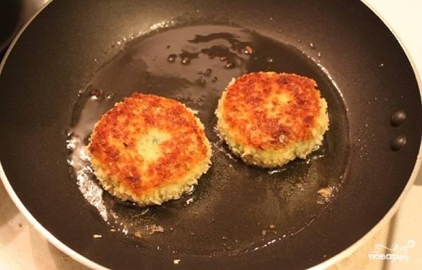 8. Вот и весь секрет, как приготовить картофляники из пюре со специями. После обжарки выложите их на бумажную салфетку, промокните излишки масла и подавайте к столу.