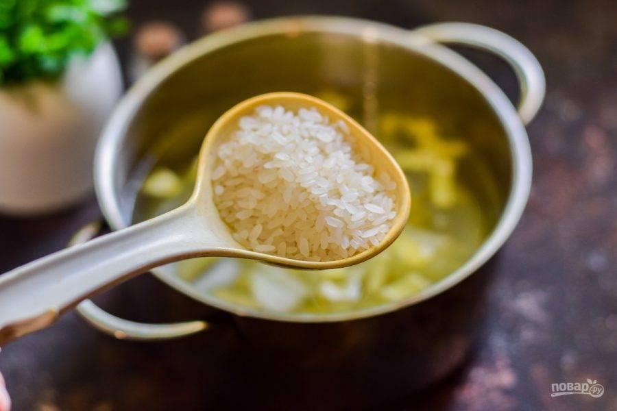 Всыпьте в кастрюлю рис.