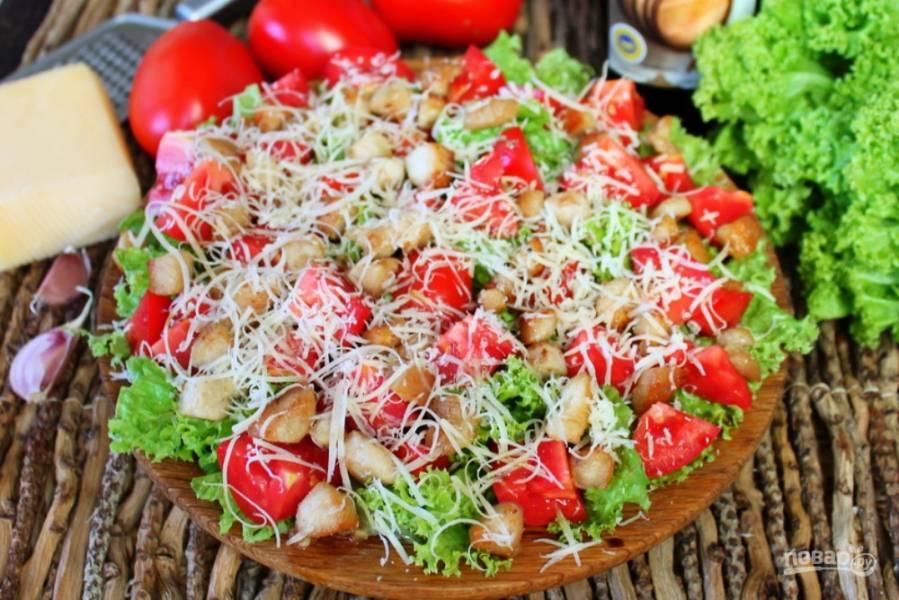 Салат из помидор с курицей и сыром