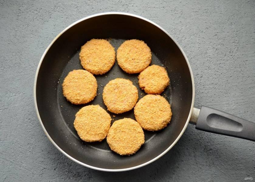 Разогрейте сковороду на среднем огне. Жарьте котлеты под крышкой 7-8 минут. Переверните, вторую сторону жарьте без крышки ещё 7 минут.