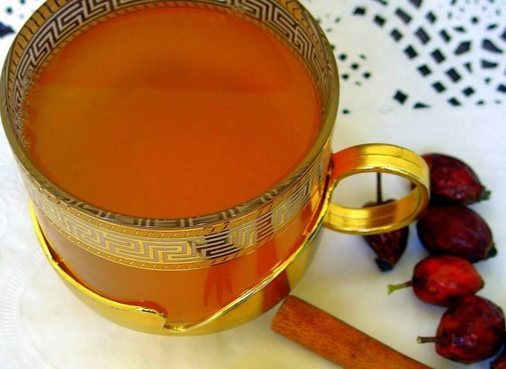 5. Наливаем в чашку зеленый чай и настой из шиповника. Пропорции выбирайте сами. Главное, чтобы вкусовые качества напитка вас устраивали. Добавляем сахар по вкусу, и наслаждаемся потрясающим вкусом чая.