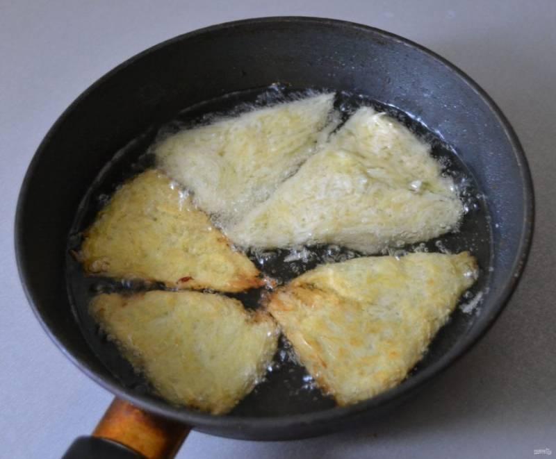 Хорошо разогрейте растительное масло и обжарьте хашбрауны с обеих сторон.