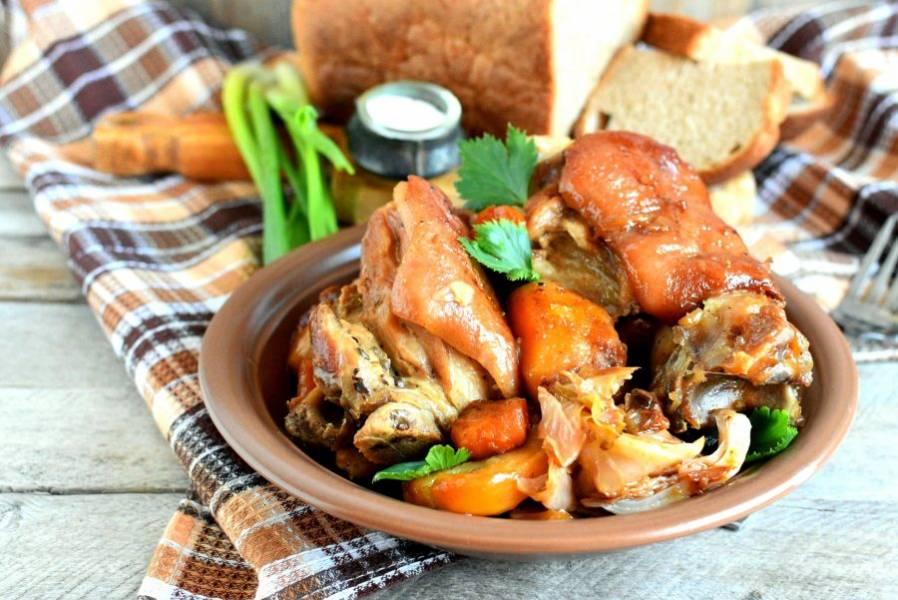Сервируйте рульку горячей вместе с овощами и свежим хлебом. Вкусно запивать рульку квасом.