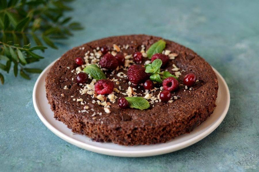 Полностью остудите пирог в форме, затем достаньте и нарежьте. Готовый пирог можно украсить ягодами и орешками. Приятного аппетита!