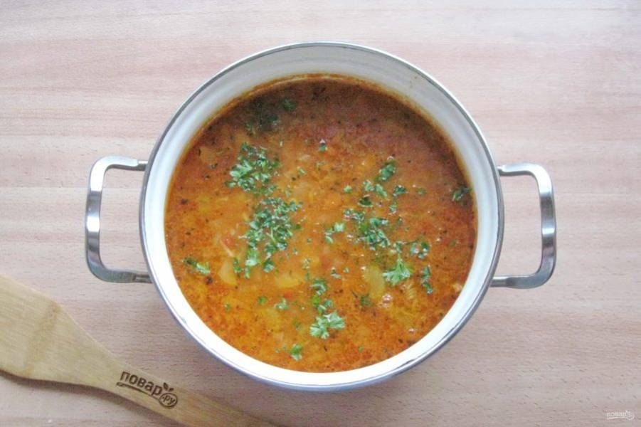 В готовый суп добавьте измельченную зелень.