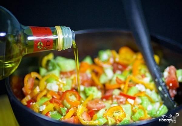 7. Аккуратно перемешайте все и заправьте по вкусу оливковым маслом. Вот и все, легкий и полезный салатик готов к подаче. Приятного аппетита!